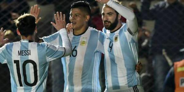 Messi celebrates with Rojo and Higuain after a goal