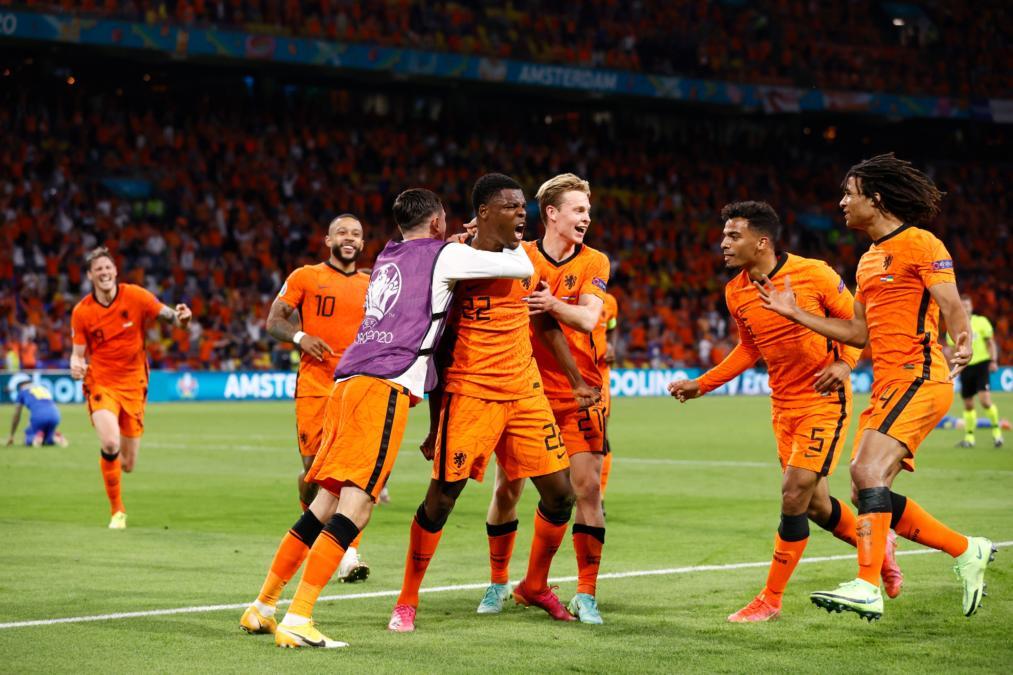 Dumfries header secures Netherlands win